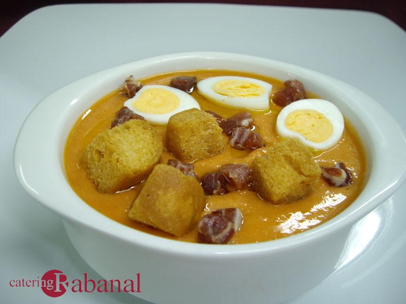 Crema de salmorejo con taquitos de jamón bellota, picatostes y huevos de codorniz