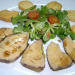 Foie de pato con biscuit y ensalada de canónigos y salsa agridulce
