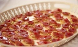 Tosta de mojama y huevas sobre mermelada de tomate