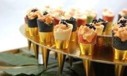 mini conos rellenos de ensaladilla de gambas y coctel de marisco