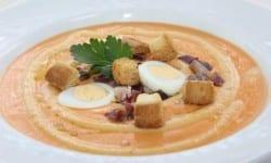 crema de salmorejo con taquitos de jamon picatostes y huevo codorniz