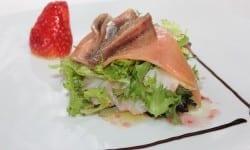 ensalada fresca de ahumados aderezada con salsa agridulce