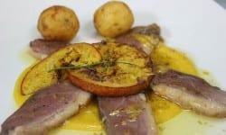 magret de pato a la naranja con guarnicion de naranja en su jugo y patatas parisinas