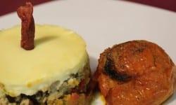 parmentier de cerdo u otro tipo de carne al aroma de flor de tomillo con tomate asado relleno de verduras