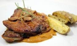 paletilla de cordero toledana acompañada de patatas gajo y crema de almendras