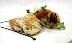 pez espada acompañado de cestillo con ensalada