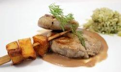 solomillo con salsa de foie con brocheta de patatas y arroz verde