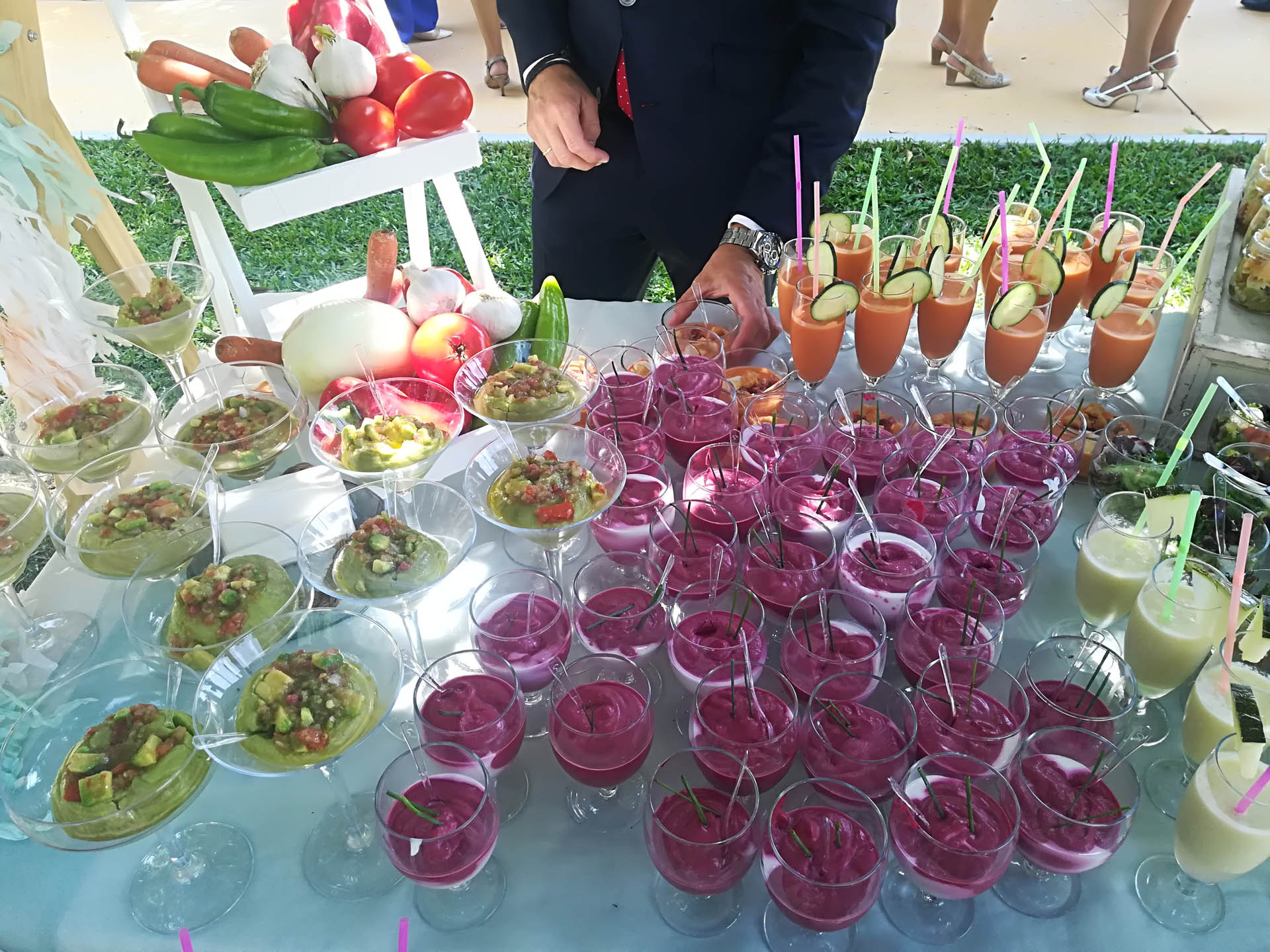 buffet de ensaladas y salmorejos