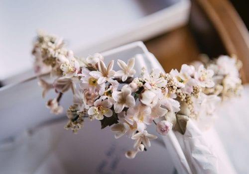 tocados artesanales de flores para bodas