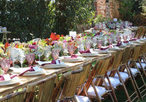 Mesa del catering con centros de mesa florales
