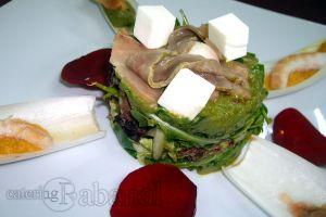 Ensalada contemporánea con aroma de río y mar con guacamole