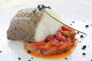 Lomo bacalao con juliana de pimientos rojos y cebolla