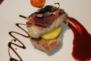 Pincho de presa ibérica con patata y jamón acompañada de salsa de fresas