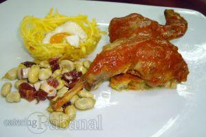 Perdiz sobre lecho de tortilla de espárragos trigueros acompañada de nido de patatas paja, huevos de codorniz y habitas baby con jamón