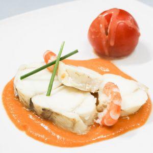 Rape en salsa de gambas con tomate relleno de queso