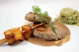 Solomillo con salsa de foie acompañado de brocheta de patatas y arroz verde